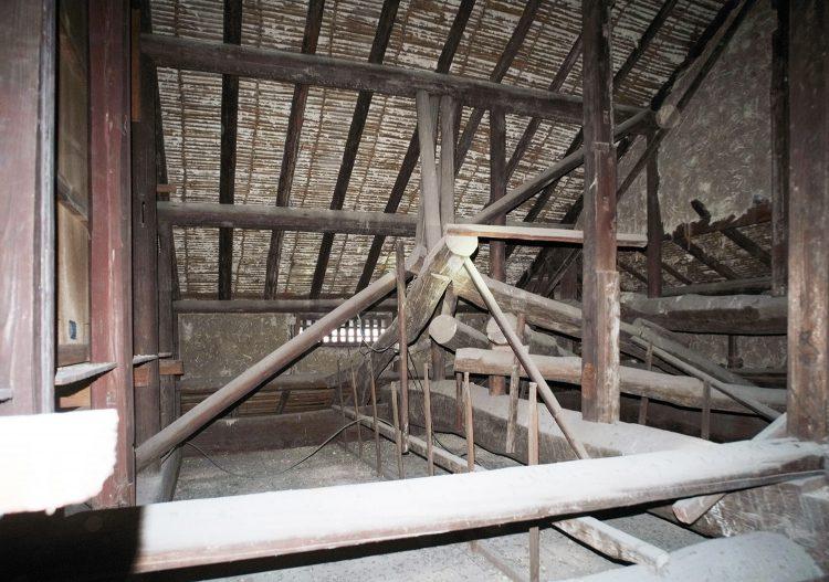 屋根裏の丸太組み