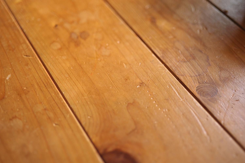 ヒノキの床板の傷