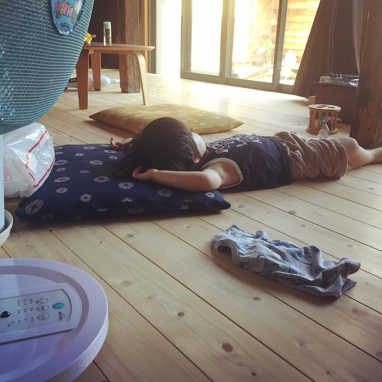 まっさらな床板で子供が昼寝したり