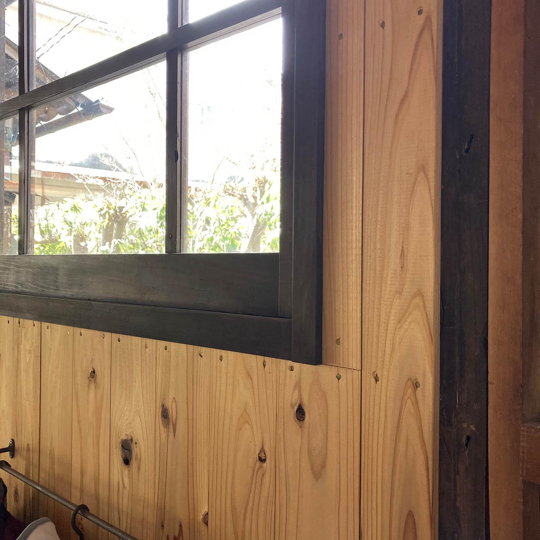 窓枠に柿渋とベンガラを塗った