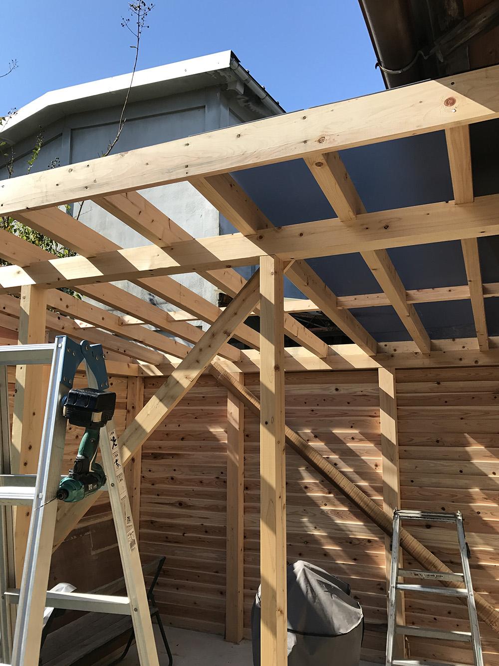 道具小屋建設中